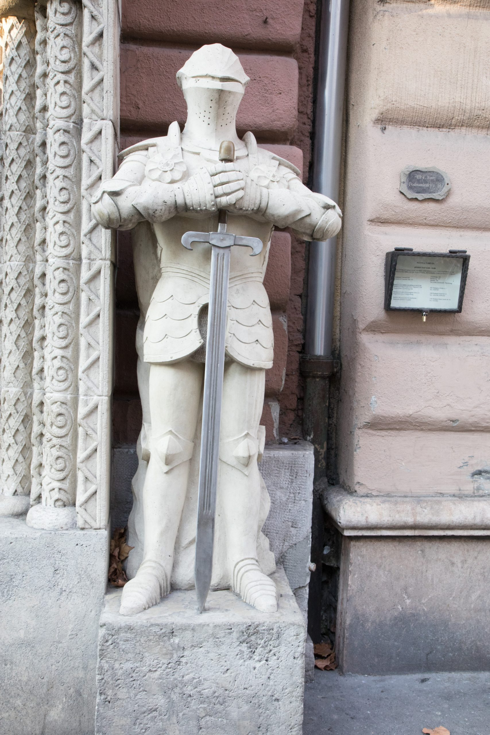 We saw quite a few stone knights around the city. They look really marvolous.